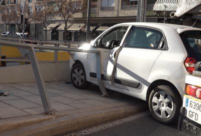 Accidente de un vehículo contra las valla de la parada del Tram