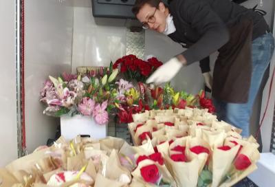 Floristería Chorlit entrega Flores a personal del Ayuntamiento en agradecimiento por la labor prestada