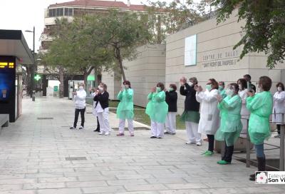 Las fuerzas y cuerpos de seguridad del estado rinden homenaje a los sanitarios y recorren distintas calles del municipio
